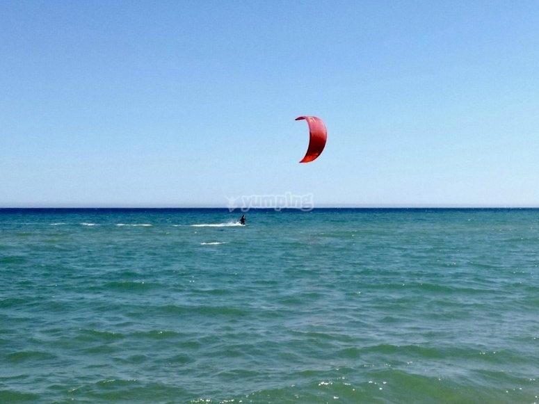 风筝冲浪在l'Estartit