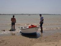 Barco con chalecos naranja
