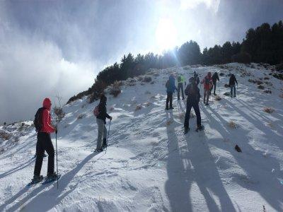 雪鞋远足穿过内华达山脉