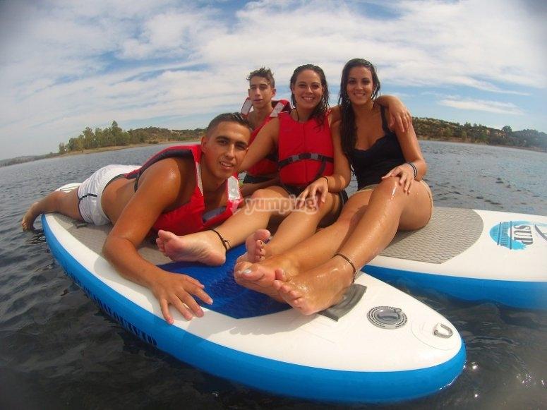 Sentados en las tablas de paddle surf