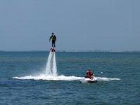 Levantándose en el agua en vertical