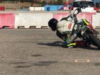 Adultos aprendiendo tecnicas sobre la moto