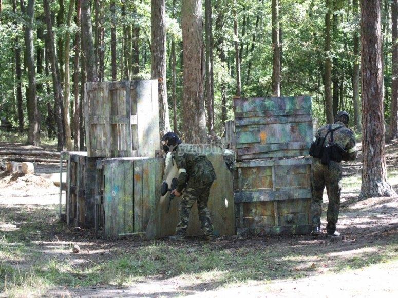 Tras la barricada de madera