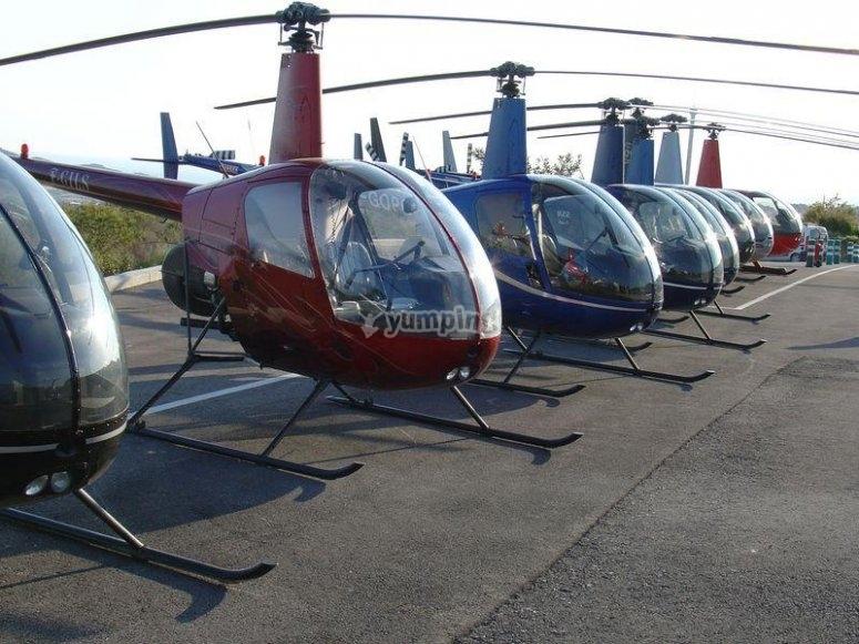 Fila de helicopteros en tierra