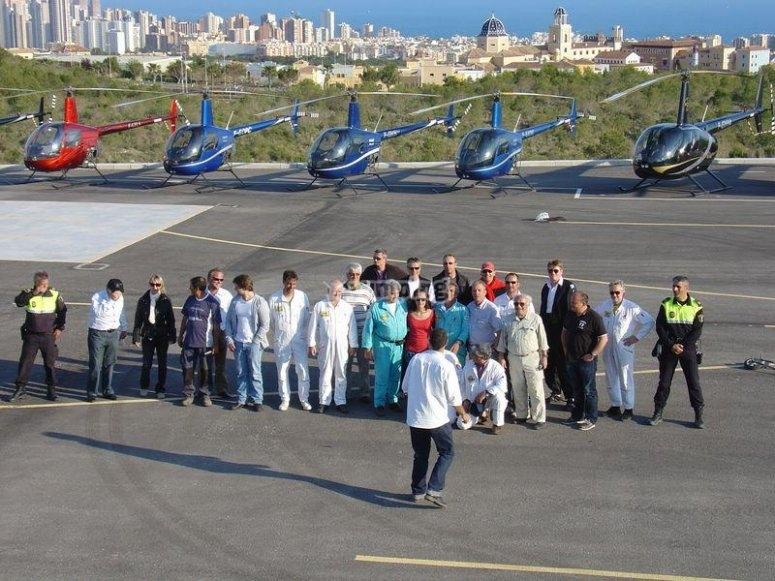 Pasajeros junto a los helicopteros