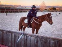 En la pista exterior sobre el caballo