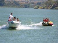 在皮划艇,划桨冲浪和甜甜圈拖之间进行选择