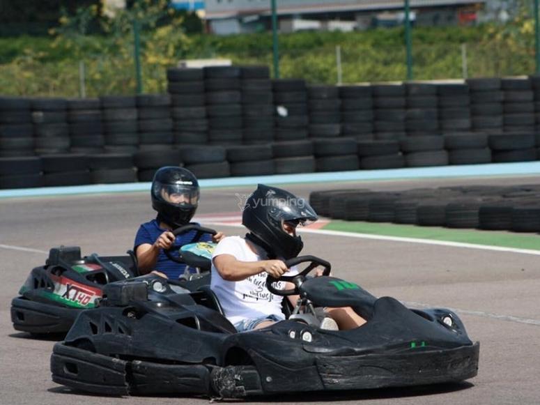 En plena carrera de karting