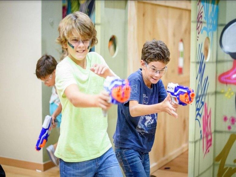 Combate con armas de juego infantiles