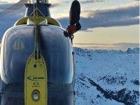 Volando sobre las montanas nevadas