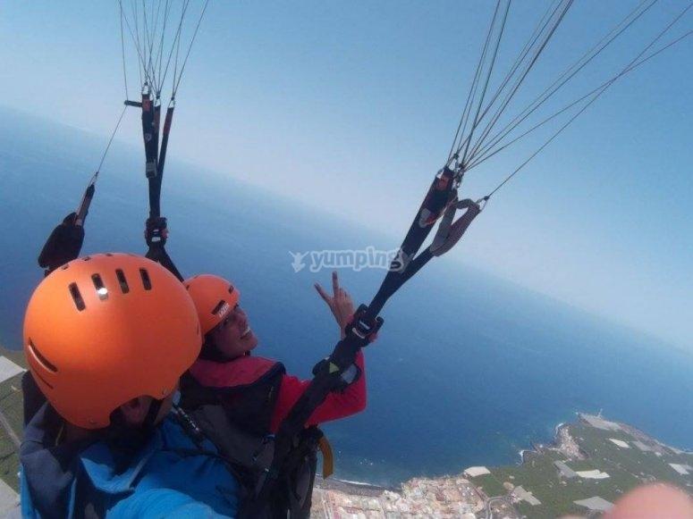 Saludando desde el parapente sobre La Palma