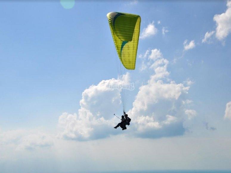 Volando en parapente con instructor en La Palma