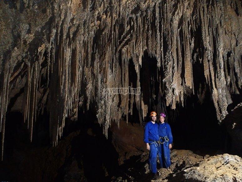 Pareja en la cueva de Cayuela