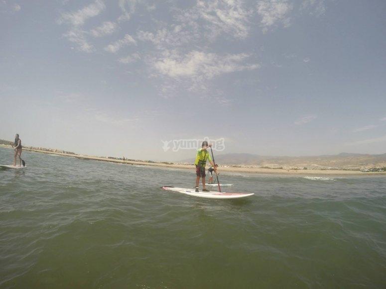Remando en la tabla de paddle