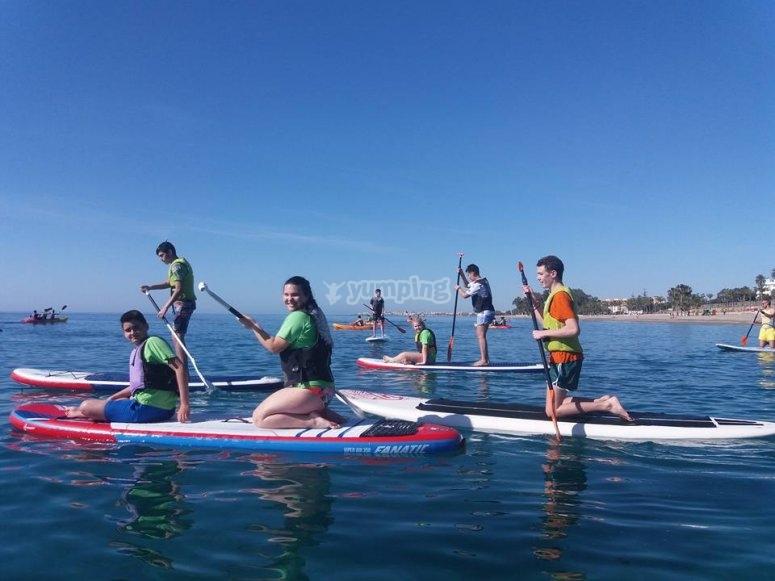 Avanzando en grupo con las tablas de paddle surf