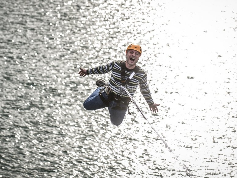 Bungee jumping sull'acqua in Mula