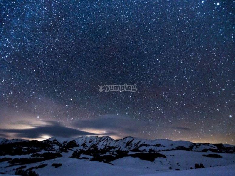 Montana nevada de noche