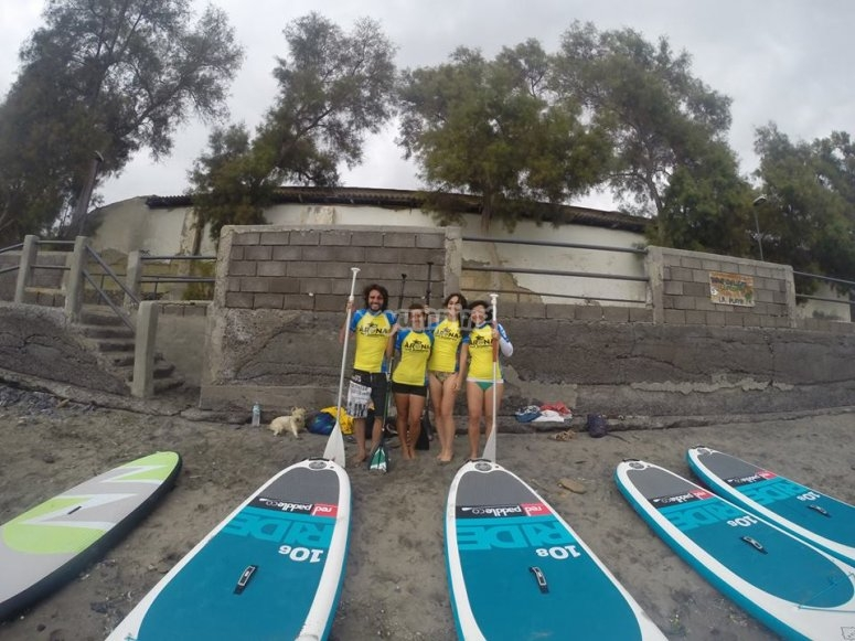 Junto a las tablas de paddle en Arona