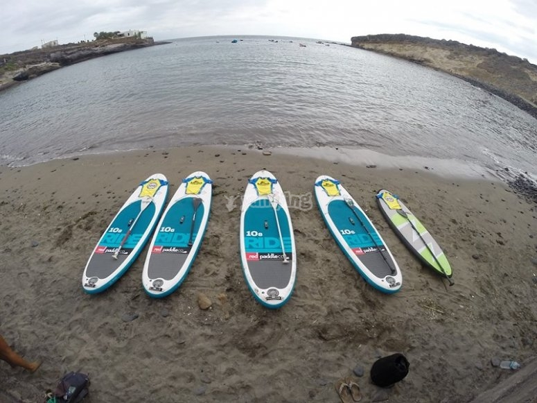 Tablas de paddle surf en la playa