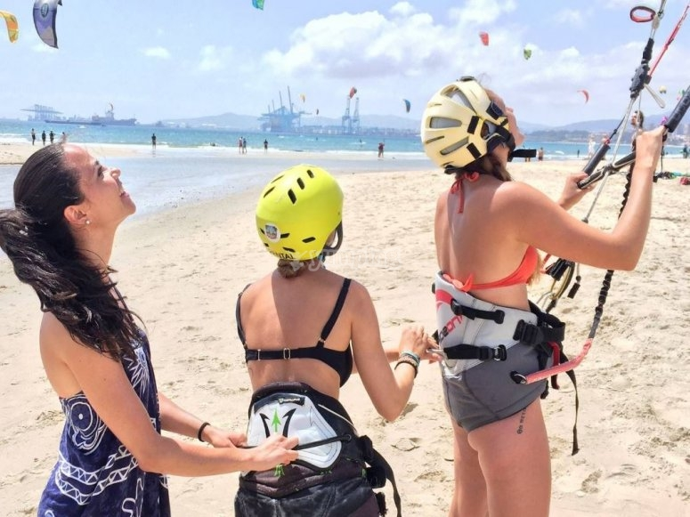 Chicas aprendiendo kitesurf en tarifa