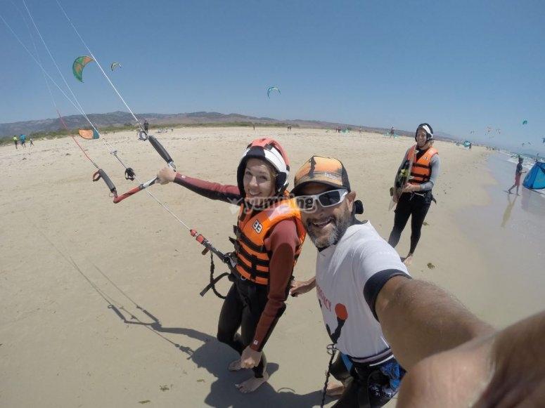 Instructor y alumnos de kite en Tarifa