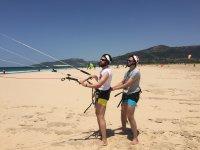 Alumnos de kite en la playa de Tarifa