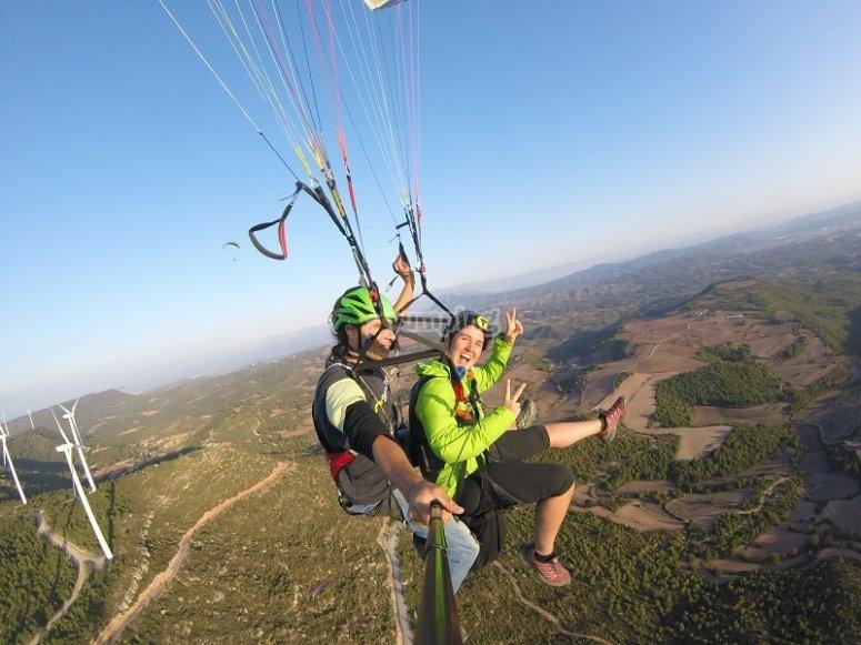 享受双人滑翔伞