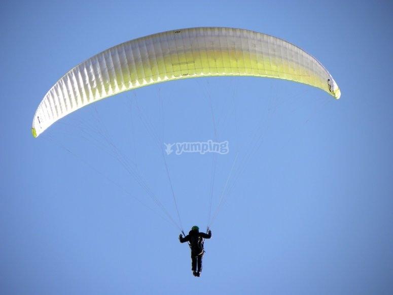 Parapente volando en Igualada