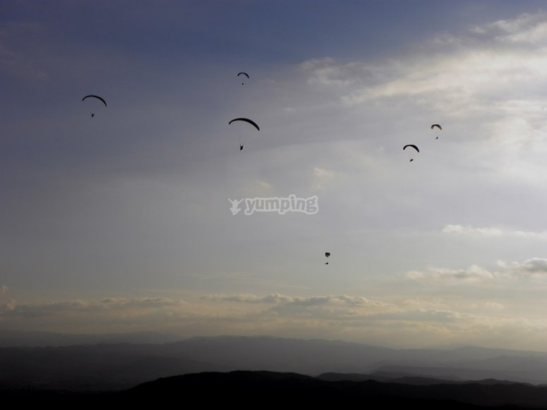 在天空中滑翔伞