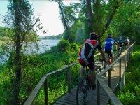 Por el puente de madera en bici