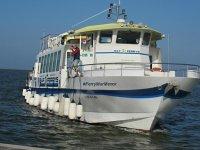 Traghetto che naviga nel Mar Menor
