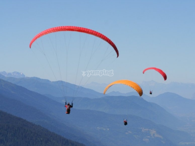Various paraglides flying simultaneously
