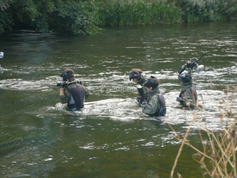 在河里的彩弹射击