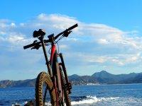 Bicicleta eléctrica frente al Mediterráneo