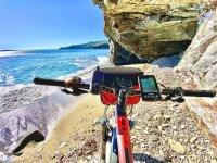 Ebike de montaña frente al Mediterráneo