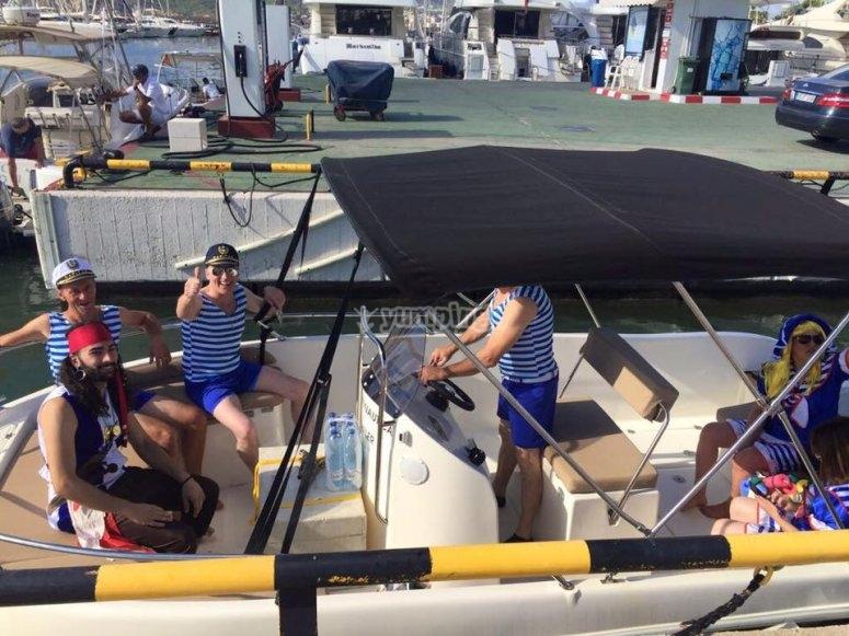Pasa el díia con amigos en alta mar