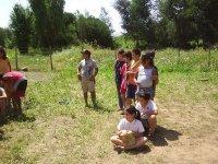 bambini in piedi e seduto sul pavimento