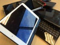 tablet e smartphone su un tavolo
