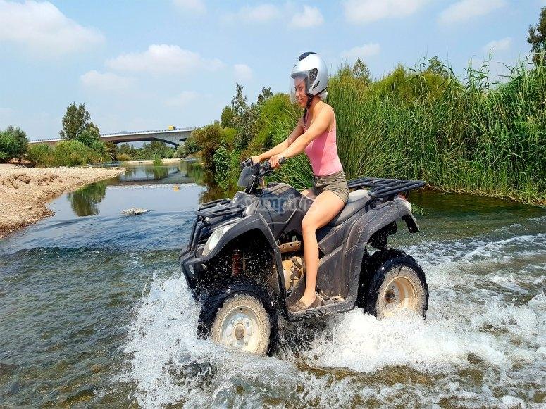 Atraviesa el rio en quad
