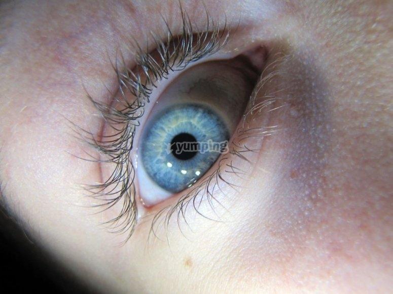 结束键的蓝眼睛中蒙难在房间里逃生