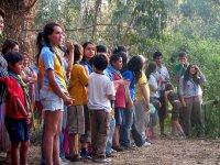 bambini in piedi davanti agli alberi