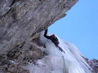 在山中攀登