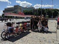 伪装成新娘和她的朋友们在自行车架旁边
