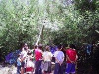 gruppo di bambini che costruiscono una cabina