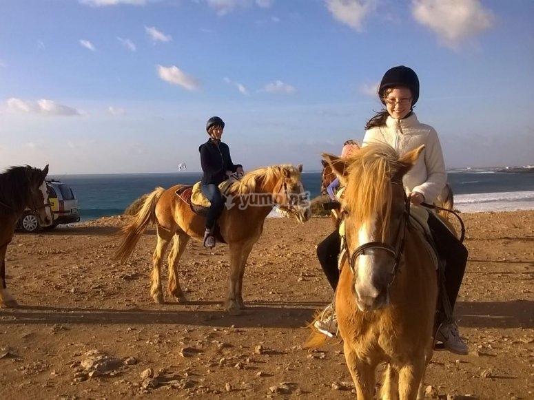 Montando a caballo junto al Atlantico