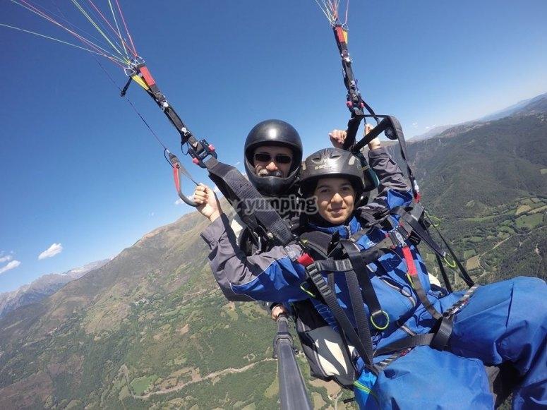 Tandem paraglide flying