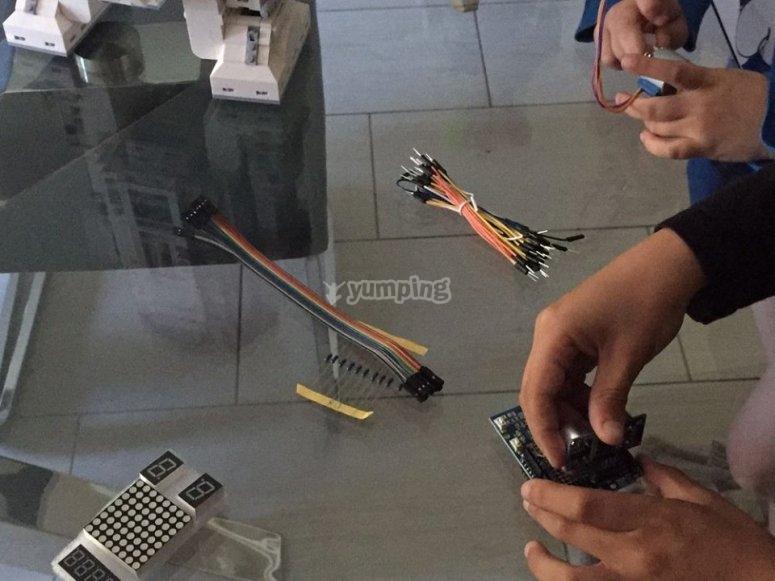 Manipulando elementos en el taller tecnologico