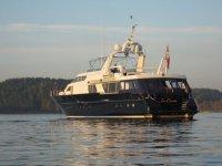 Regata标志船在港内停泊帆船