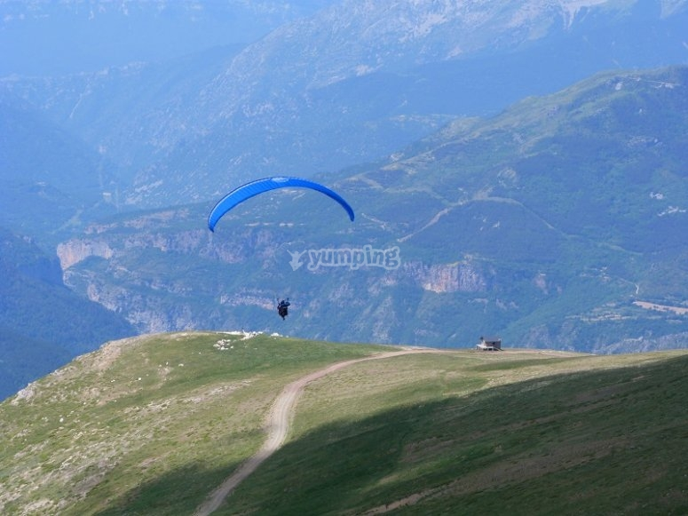 Lifting off on a paraglide in Castejon de Sos
