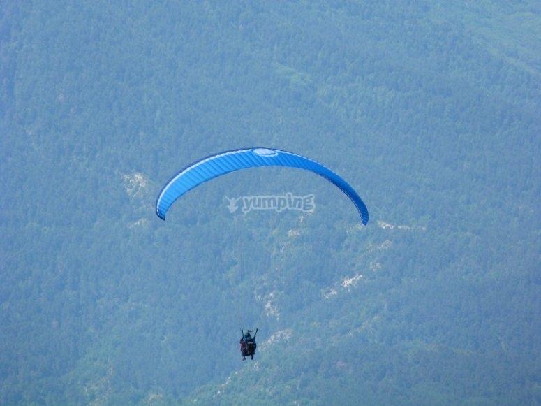 Flying paraglide in Castejon de Sos